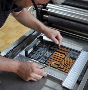 Hoy nos hemos dado una vuelta por la web de Cosas Visuales y hemos visto esta pequeña joyita. Una maravilla poder trabajar con una imprenta tradicional diseñando y encajando los typos. Si te encuentras en Barcelona o puedes acercarte, Lluís Siñol e Iñaki Granell imparten un taller de impresión tipográfica experimental. + Info