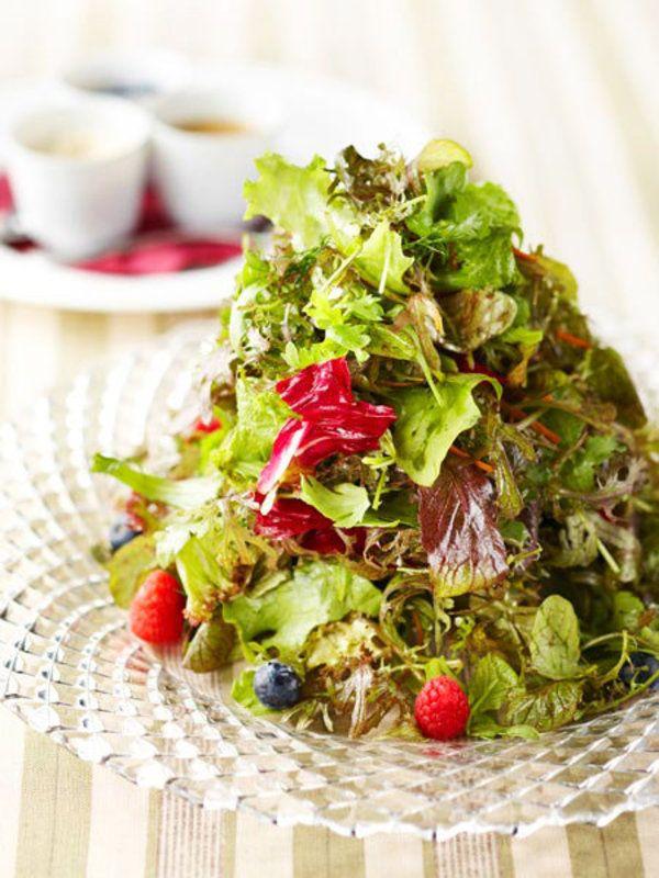 デトックスを促すハーブや野菜をたっぷりミックスしたサラダなら、もりもり食べても罪悪感なし! 塩やこしょうを使わないシンプルなドレッシングで和えて、ヘルシーランチはいかが? >このレシピを見る