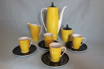 CMIELOW (POLAND) BLACK AND YELLOW COFFEE SET CLASSIC DESIGN FROM THE 1950s COFFEE POT (10  TALL) AND LID, MILK JUG, SUGAR BASIN AND LID FOUR CUPS AND SAUCERS EXCELLENT CONDITION NO CHIPS OR CRAZING