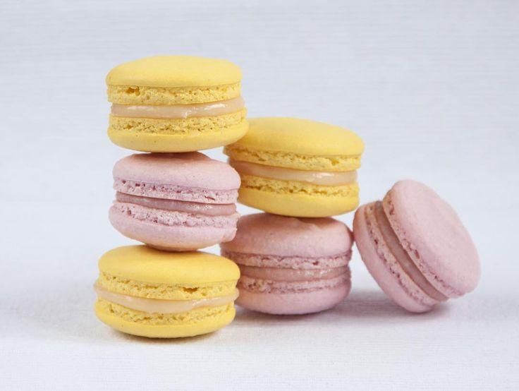 Přeji hezký a krásny den! Stejný jako tyto makronky s příchutí citronu  bílá čokoláda a čerstvé jahody.  Всем хорошего и яркого дня. Такого же как эти макаронки вкус лимонбелый шоколад  и клубника.  #makronky #macaron #macarons #glutenfree #frenchmacarons #handmade #citron #jahody #instabaking #happybirthday #narozeniny #makaronspodebrady #bezlepkový #pečení #cukroví  #sweetcakes #czech #czechrepublic #podebrady #praha #nymburk #kolin #Pardubice #VelkýOsek #Pečky #Cidlina