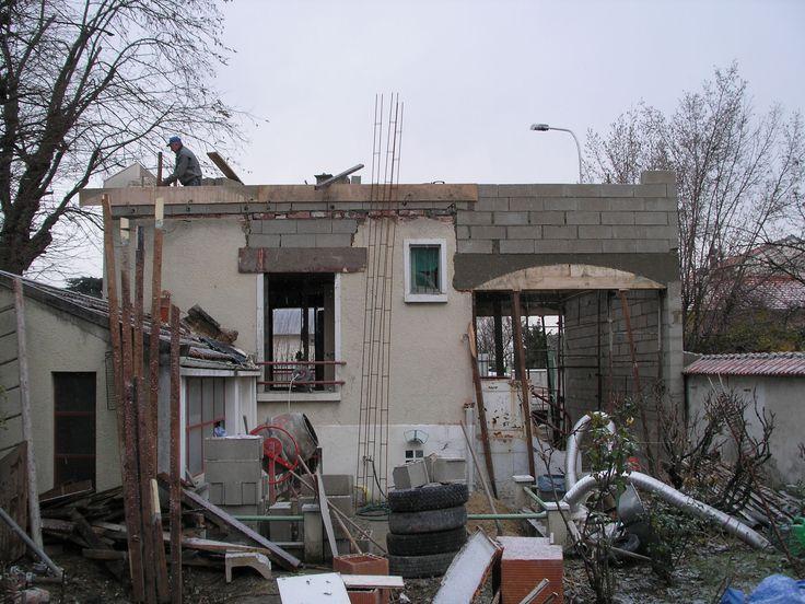 photo prise de la façade arrière de la maison pendant les travaux de