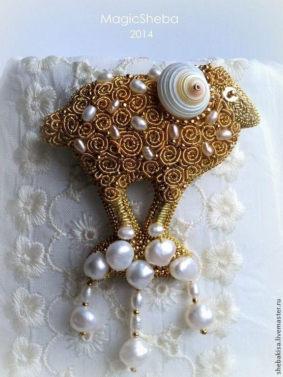 Купить или заказать Золотая брошь Птица счастья, вышивка золотом в интернет-магазине на Ярмарке Мастеров. Эта брошь…
