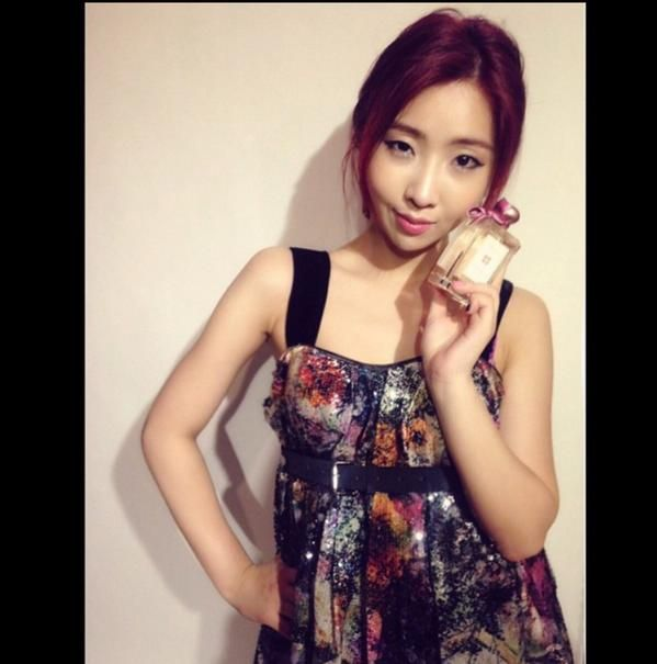 "Minzy's IG Update ""Thanks @bettieyoon! :) Muah~3 #JoMaloneSakuraCherryBlossom @jomalonelondon spring is in my heart."""