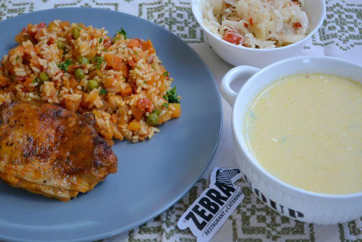Ciorba de burta (400ml) Pulpa de pui dezosata la tava cu tocana de legume Salata de muraturi asortate