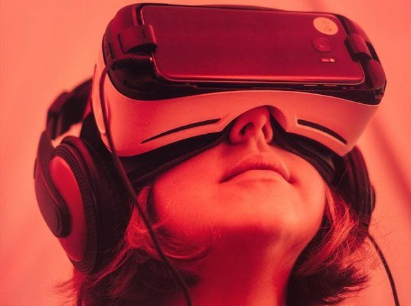 In Amsterdam kunnen deelnemers aan EHBO-cursussen binnenkort oefenen met een virtual-realitybril op. Hierdoor kunnen zij volgens het Rode Kruis beter worden voorbereid op noodsituaties. Dit meldt het ANP.