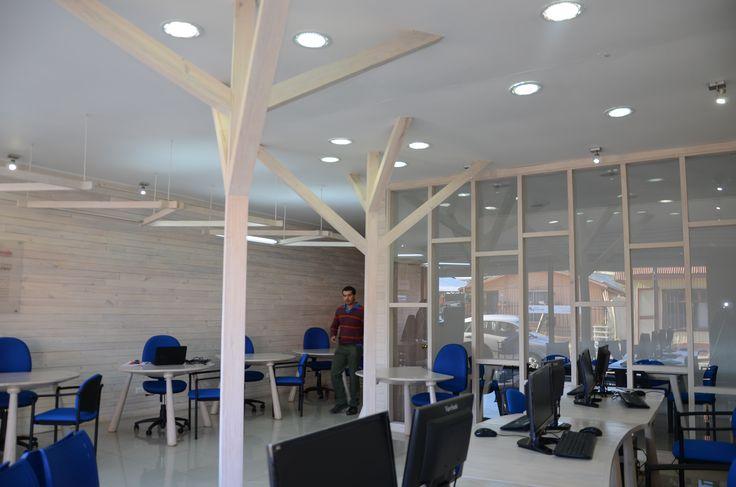 Centro emprendimiento.  Arquitectura de bajo presupuesto para Cañete. Expresión del Pino Radiata by Susana Herrera y Factoriadesign