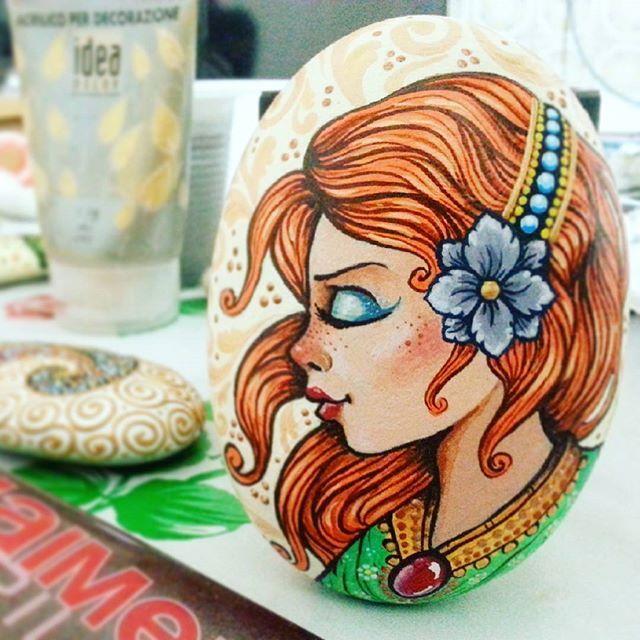 Principessa Titania...sasso dipinto. --------------------------------------- #paint #stone #painting #princess #art #paintingstone #sassidipinti #drawing #acrilico #pittura #arte #colors #principessa