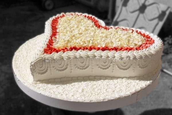 Torte nuziali a forma di cuore - Torta grande con fragole e panna