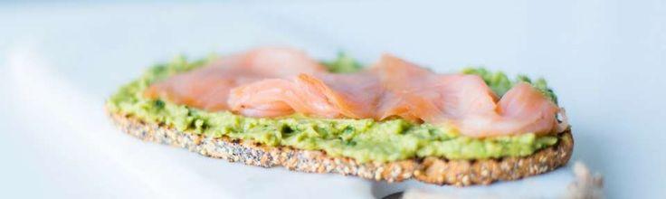 копченый лосось, авокадо, лимонный сок, кориандр, жареный кунжут на органических Multigrain закваски хлеба.