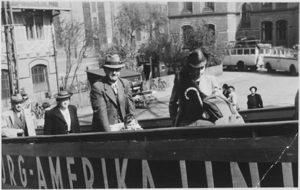 Un prurito de decencia administrativa, prejuicios raciales e ignorancia política coincidieron para causar uno de los más tristes episodios de la historia americana del último siglo: el infortunado viaje del trasatlántico alemán St. Louis que zarpó de Hamburgo hacia La Habana el 13 mayo de 1939 con 938 pasajeros a bordo, la mayoría de los cuales eran judíos que trataban de escapar de la creciente persecución nazi.