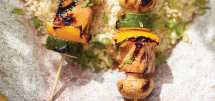 Brochettes de tofu au miel et au sésame grillé | Ricardo