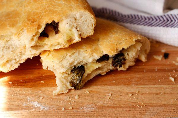 Тонкая фокачча из дрожжевого теста с начинкой из твердого сыра и свежего базилика - это одновременно мягкий и хрустящий хлеб-лепешка родом из итальянской кухни