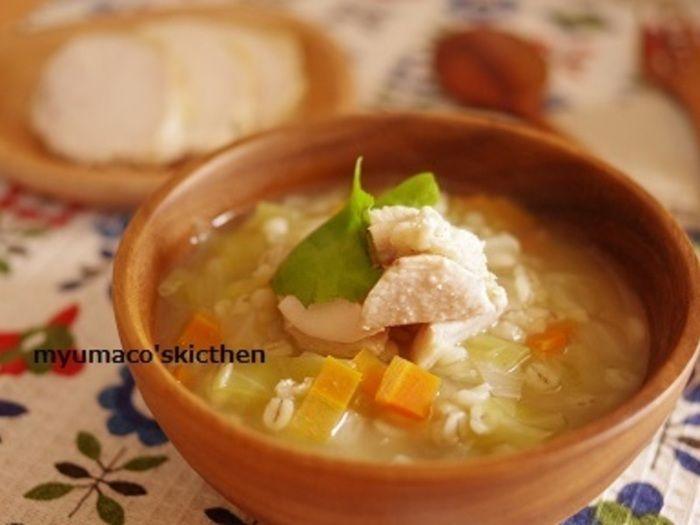 鶏むね肉のゆで汁を使い、押し麦にうまみを吸い込ませたスープ。野菜もたっぷり軟らかく煮て、一皿で色々な食材が摂れるレシピです。