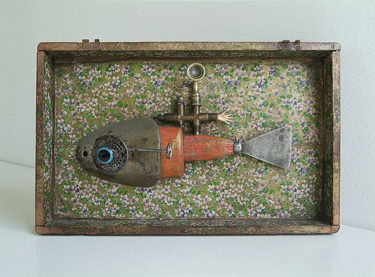 aparataje submarinístico_2012 madera, tapa de caja de madera, pedazo de pieza de calefomt, ojo de vidrio, espátula, pieza de bronce de trompeta, mano de plástico, papel mural, molde de zapato.