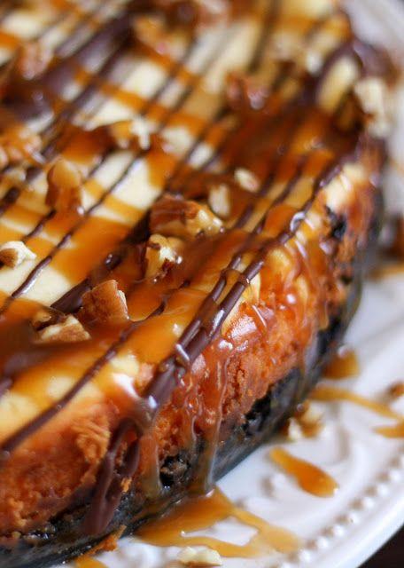 Tortuga de queso con caramelo, chocolate, nueces y una corteza Oreo! - Conseguir la receta en barefeetinthekitchen.com