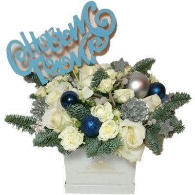 6 роз, 5 кустовых роз, 3 фрезии, 3 брунии, 1 ветка лапника, новогодний декор в коробке размером 14*14*14 см