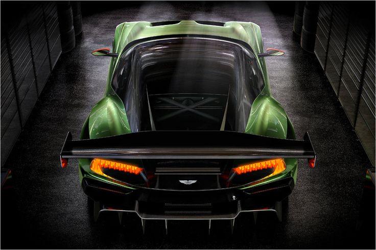 As luzes traseiras em forma de C, com bastões luminosos estavam sendo demonstrado em vários estudos de Aston Martin