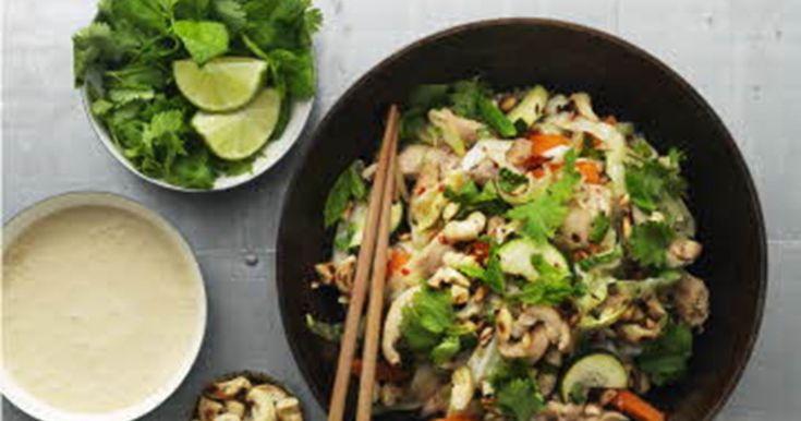 Frem med spisepindene og nyd en dejlig kyllingeret med masser af grønt og alle de kendte smage fra det asiatiske køkken.