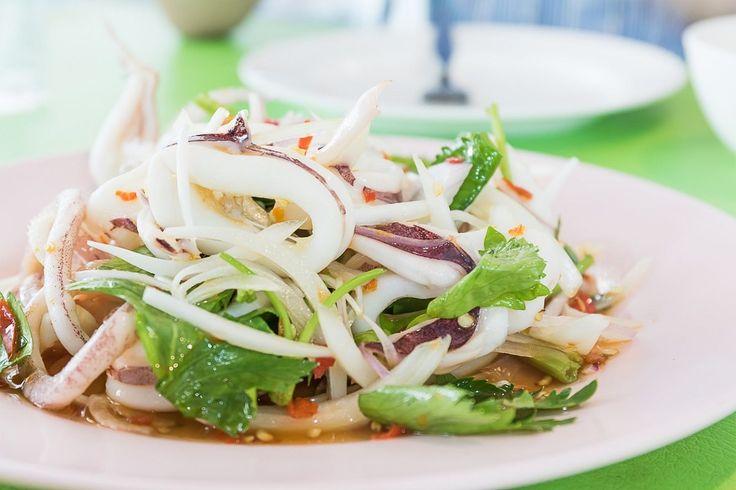 L'insalata di calamari è una ricetta veloce e gustosa per un antipasto fresco e leggero, ideale per l'estate. Prepararla è davvero facile. Ecco come fare con pochi e semplici passaggi.
