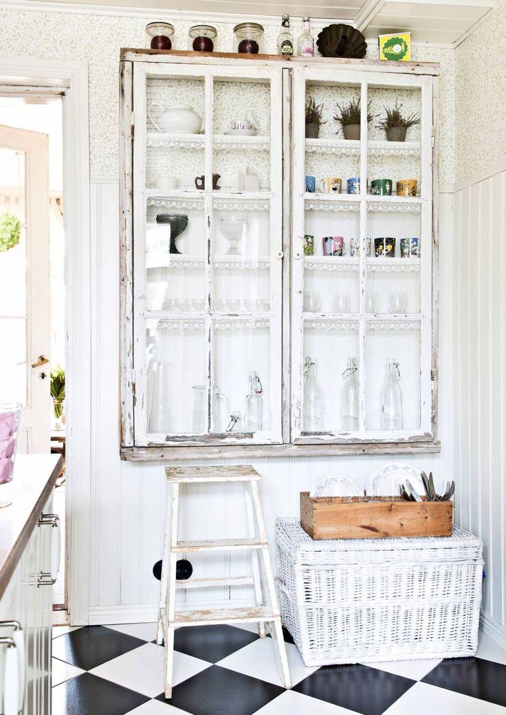 Tuunaa tylsä kaappi upeaksi maalilla, tapetilla, vetimillä, verhoilla tai vaikka ledinauhalla. Katso Unelmien Talo&Kodin luovat ideat.