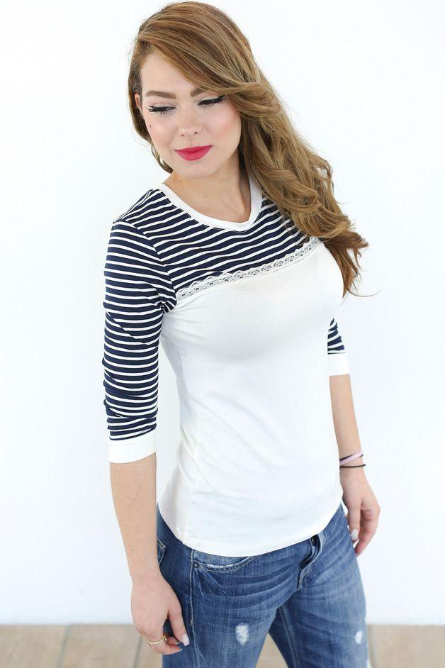 Elegantes Shirt aus creme farbenem viskose Jersey. Der liebliche Navy Style ensteht in Kombination mit dem dunkelblau-creme gestreiftem viskose jersey. Den Übergang ziert ein schönes...