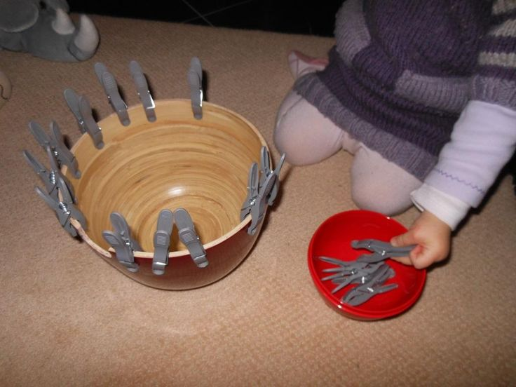 Voilà une activité issue de la pédagogie Montessori qui se décline en 4 étapes. Elle est très simple à mettre en place car elle nécessite très peu de matériel : des pinces à linge et un sala...