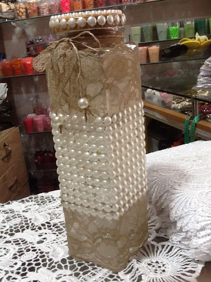 Pote decorado com manta em pérola e juta