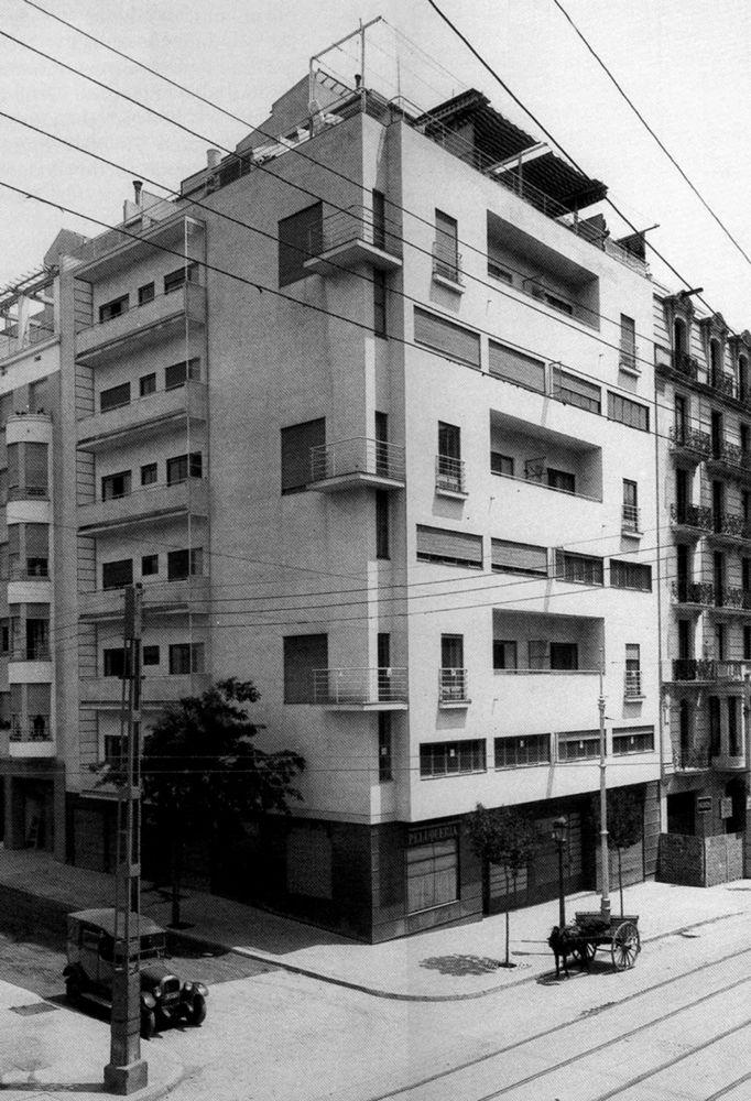 El edificio de viviendas duplex, obra de Jose Luis Sert junto con Sixto Illescas construida entre 1929 y 1931 en Calle Muntaner 342-348 de Barcelona, ocupando un solar en esquina, es un edificio de seis viviendas dúplex, con un espacio a doble altura en la sala de estar que está considerado como una casa ejemplar de la arquitectura moderna en Barcelona.