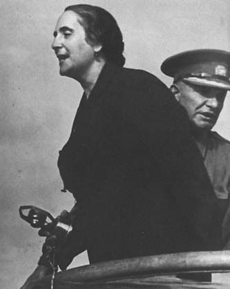 Spain - 1936. - GC - Dolores Ibárruri se sitúa en la parte delantera, cerca de Belchite, fondo general Walter (Karol Swierczewski). Aunque ese gral. estuvo en Belchite, creo que la foto realmente es de Guadalajara