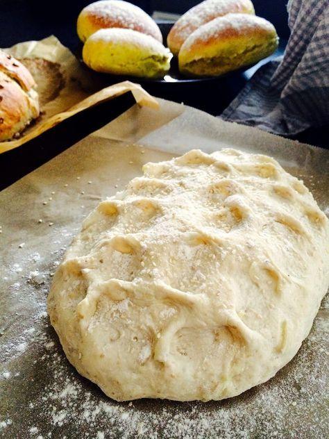 Olen tehnyt itselle, vanhemmille, ystäville ja muutamalle tuntemattomallekin leipiä. Tämä sipulileipä on ihanan pehmeää ja todella sipulin makuista. Olen monta kertaa ostanut kaupasta jotain valmiita leipiä, muttei ne minun mielestä sipulileipää ollut…