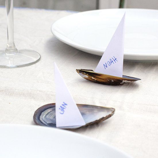 With mussels and paper you have the best summer decoration for you table.  #diy #craft #tablesettings