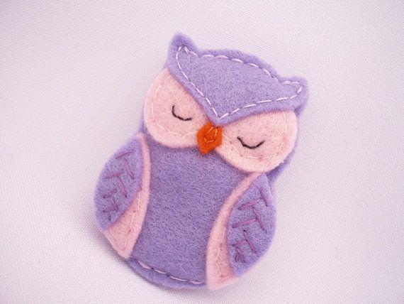 Broche buho de fieltro en colores púrpura y rosado por ynelcas