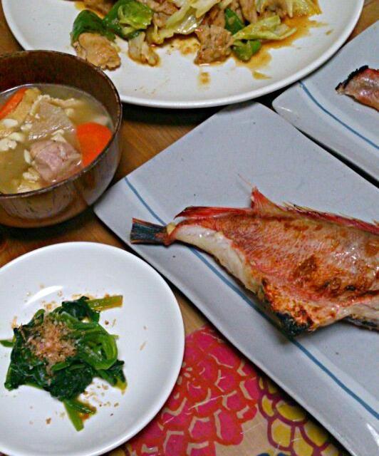 汁物は2日で食べきる量を一度に作ってれんじつ出しちゃいます(笑) - 2件のもぐもぐ - 赤魚の粕漬け+肉野菜塩麹炒め+ほうれん草のおひたし+けんちん汁 by Yuko Sataka