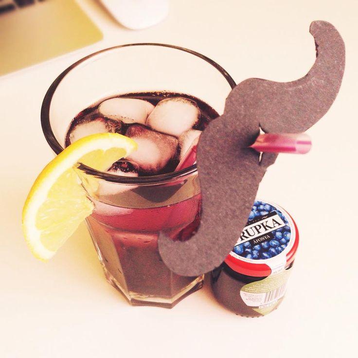 Drink your Frupka like a sir! :) (Az áfonyás nagyon finom jegesen, és gyönyörű színe van.)  #frupka #likeasir #mustache #blueberry #sulttea #sülttea