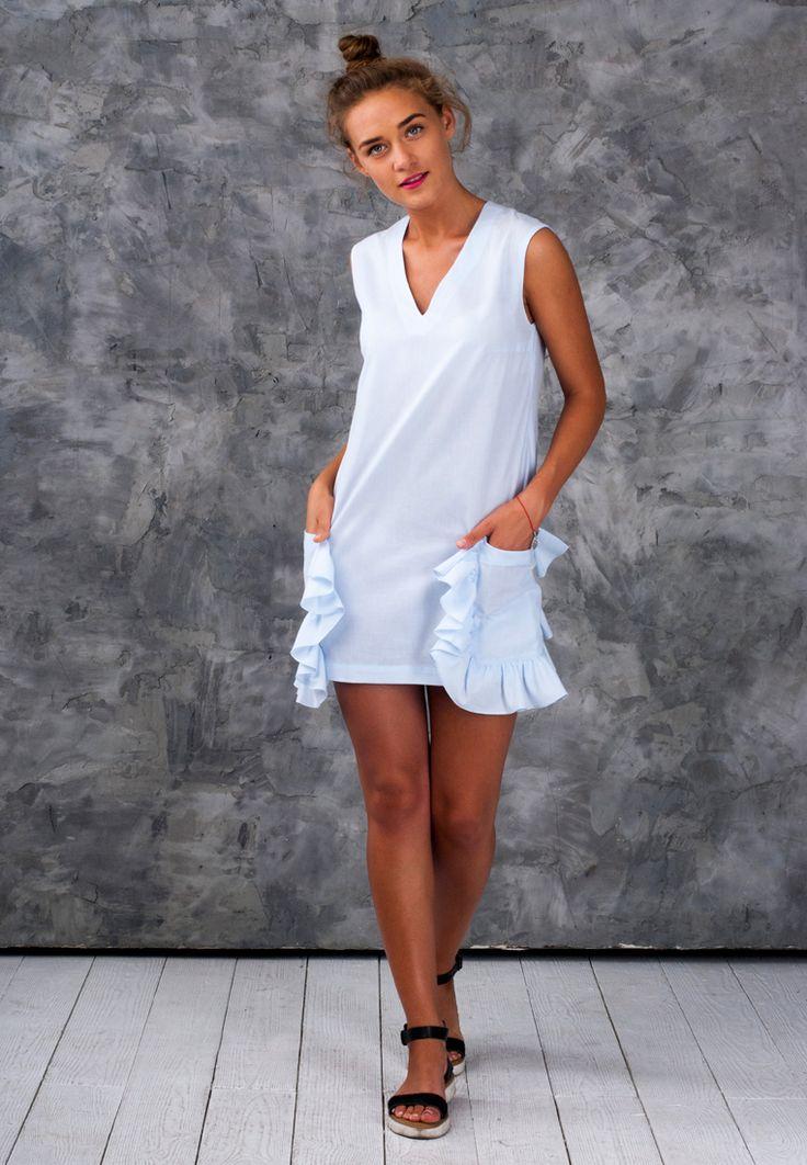 Батистовоеплатье прямого кроя с V-образным вырезом и большими накладными карманами с рюшей. Платье подойдет как для летних прогулок большим городом, так и для пляжных вечеринок. Оригинальные карманы с рюшами придадут вашему образу нотку игривости и легкомысленности. В этом платье вы точно не останетесь без внимания. Натуральная ткань, большие функциональные карманы, свободный крой — все для …