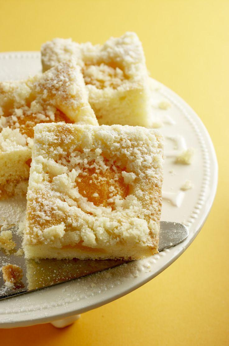Ingredience: meruňky 300 gramů, mouka pšeničná hladká 1 hrnek, mouka pšeničná polohrubá 1 hrnek, cukr 1 hrnek, mléko 1 hrnek, olej 1 hrnek, vejce 1 kus, kypřící prášek do pečiva 1/2 balení, tuk (na vymazání plechu), mouka pšeničná hrubá (na vysypání plechu), mouka pšeničná polohrubá 1 hrnek, cukr 3/4 hrnku, máslo 1/2 kostky (asi 125g).