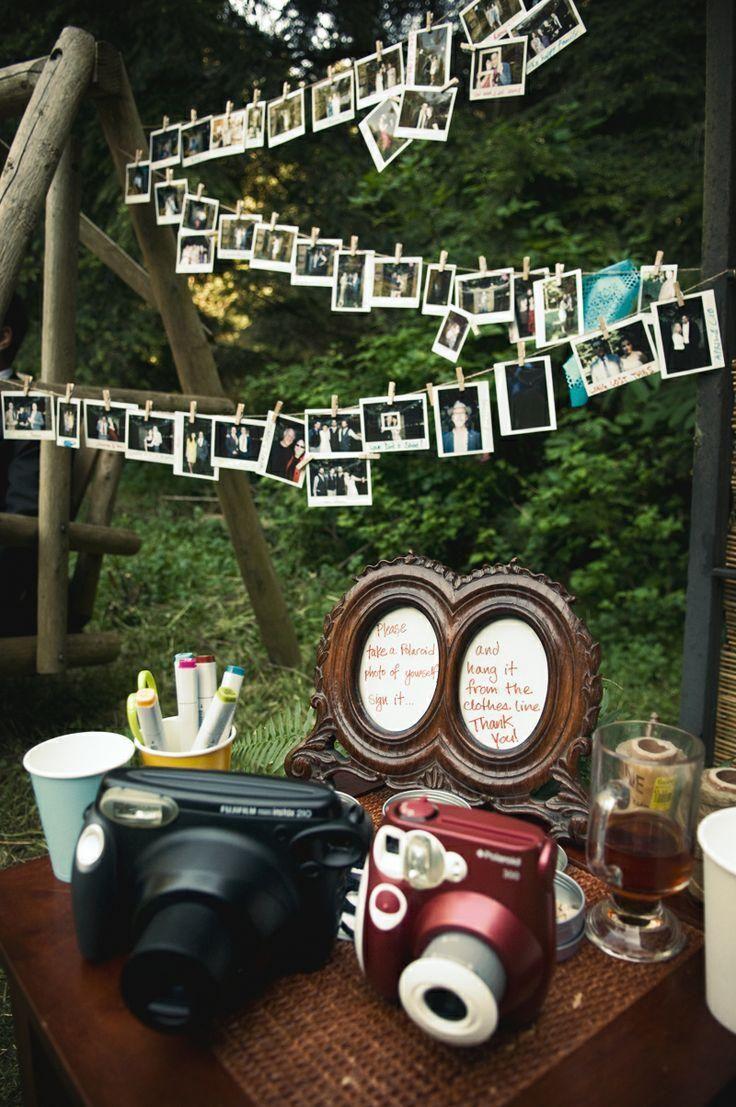 Prises par les invités eux-mêmes, les clichés rétro forment un plafond de souvenirs....