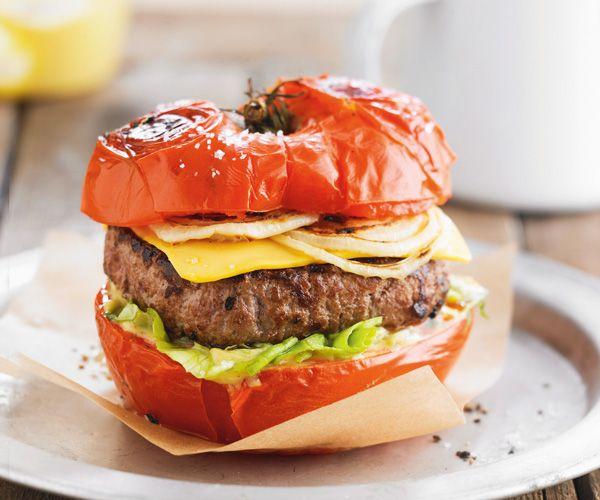 Vous avez envie de cuisiner les tomates autrement ? Voici une recette rapide pour en préparer sous forme de burger. Préparez vous à un plat très gourmand.