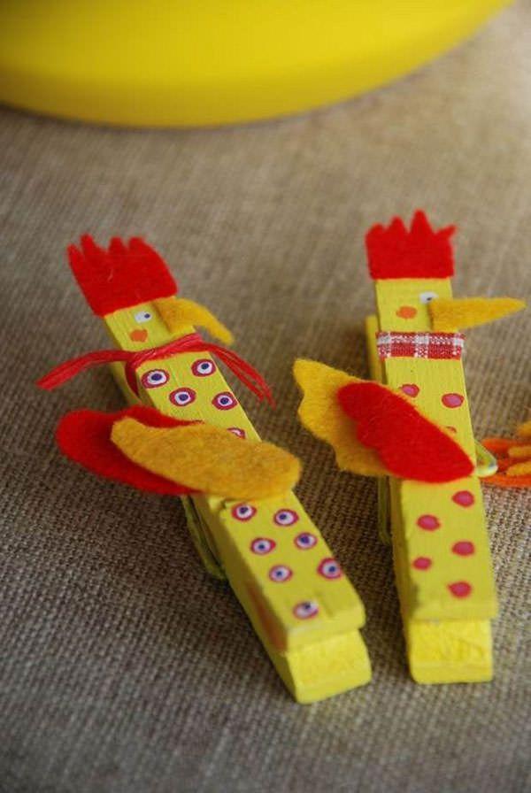 Simpatici galli con mollette di legno