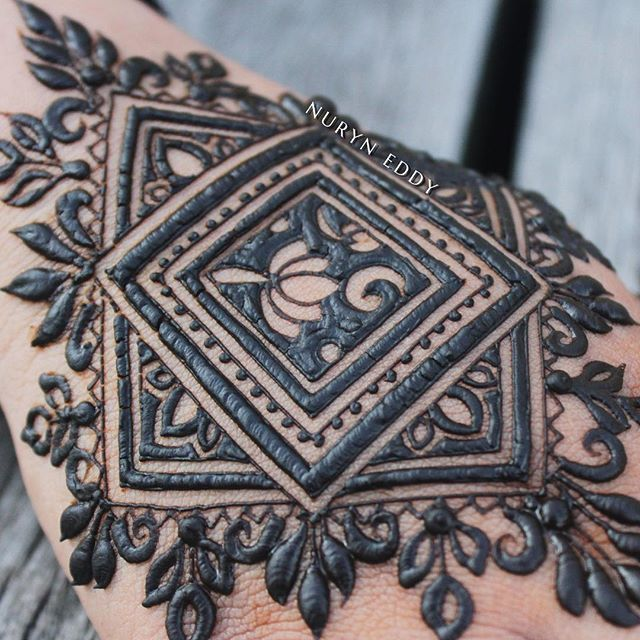 Happy Sunday! Here's a remake of an earlier design I did for Eid Henna open house, a bold twist this time round⚫️⚫️⚫️ Would anyone be interested in a video tutorial on this one? Let me know in the comments below!#heena #henna #henne #inai #7eena #uniquehenna #mehndi #mehendi #mehandi #mehndihenna #bridalhenna #hennaservice #nxedhennacones #nxedhennastains #singaporehenna #hennasg #islamicart #sgwedding #hennainspire #nxedhenna