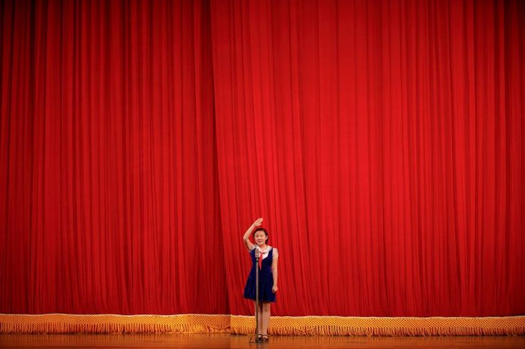 Rotfront  (05.05.16)      Roter Vorhang, rotes Halstuch, rote Stuhlhussen im...