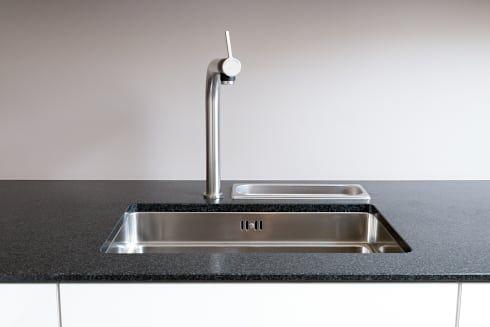 Granitarbeitsplatte mit Unterbauspüle: moderne Küche von Klocke Möbelwerkstätte GmbH