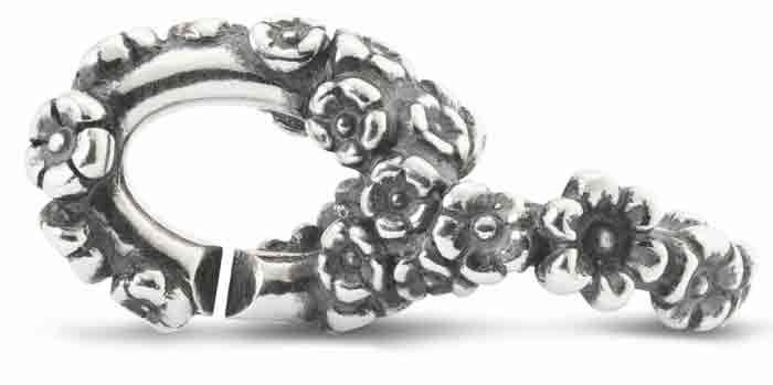 Hier und auch überall sonst ist die Blüte ein Symbol  des herannahenden Frühlings.        xby Trollbeads Blüte 2015106002  Material: Sterling Silber   Länge 2 cm