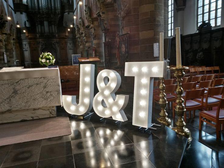 Mooie verlichte letters naast het altaar.