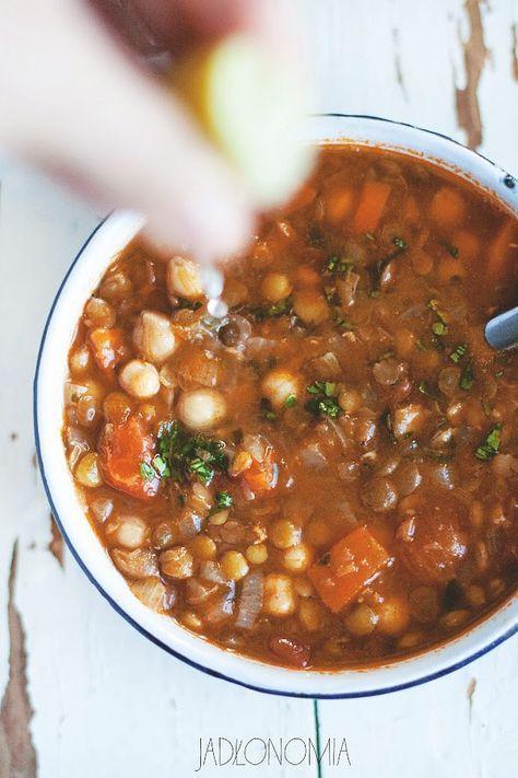 Harira - tradycyjna marokańska zupa na pazie pomidorów, ciecierzycy i soczewicy z mnóstwem przypraw. Wege.
