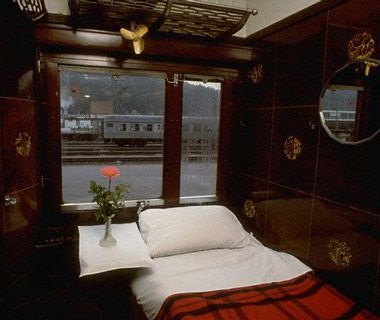 Recreate for a container a train sleeper car bedroom