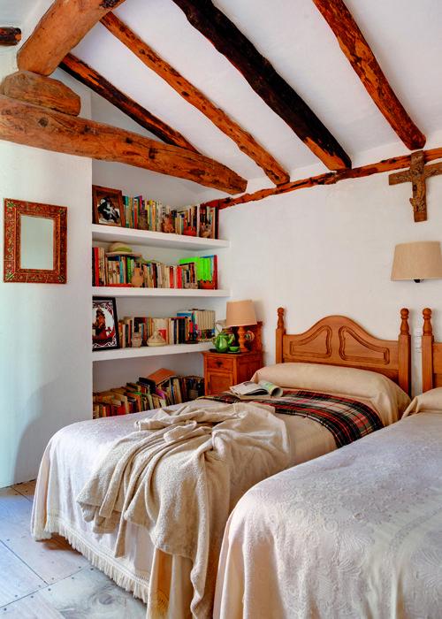 Decoraci n en blanco y tonos claros para este dormitorio for Mobiliario de dormitorio
