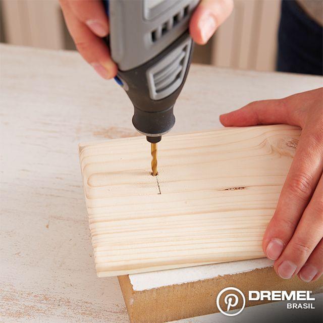 Passo 4: Usando uma microrretífica Dremel e o kit de brocas 631, faça os furos na madeira para fixar os cabides.