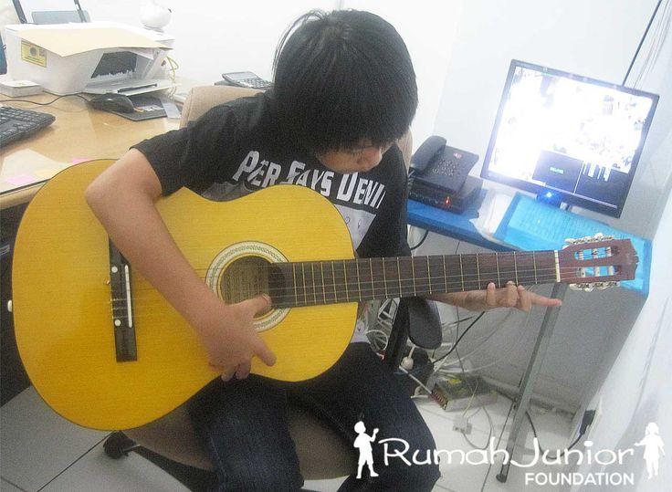 Kelas Vocal & Musik GRATIS Bagi Anak Pra sejahtera Setiap Hari Jumat Pkl 11.00 - 16.00 wib Bertempat di Rumah Junior, Ruko mutiara taman palem blok A-17 No. 38, Cengkareng, Jakarta Barat