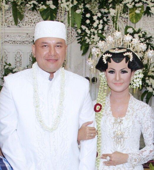 White lace kutu baru kebaya Javanese Wedding
